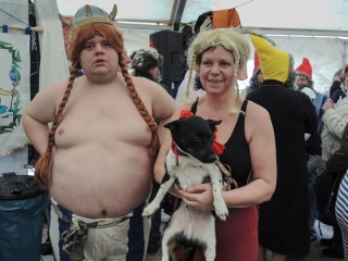 Mutti und Henning als Asterix und Obelix mit Jacky als Idefix