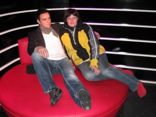 ich auf der Kuschelcouch mit Robbie Williams